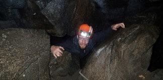 På vej igennem grotten